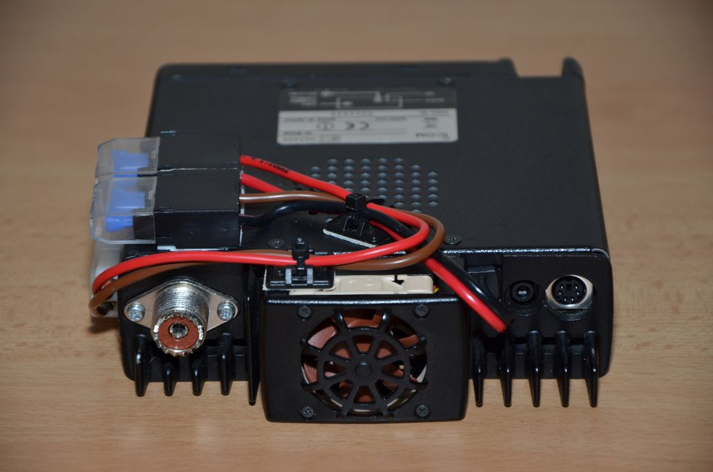 Seat Altea XL - Zapojenie vysielačky Icom IC-E208_07